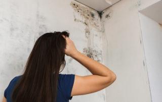 Γυναίκα τρομοκρατημένη απο το μεγάλο πρόβλημα που έχει με την υγρασία στους τοίχους της και την υγρασία στο ταβάνι.